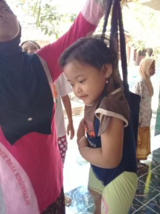 Penimbangan Balita di Posyandu Lombok Sogatran Gemahan