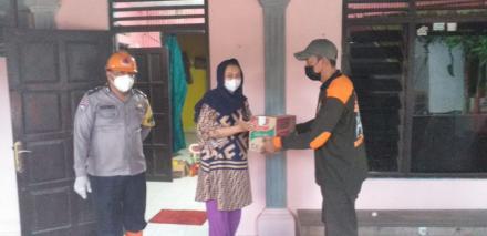 Pemberian Sembako dan masker bagi warga yang  isolasi Mandiri